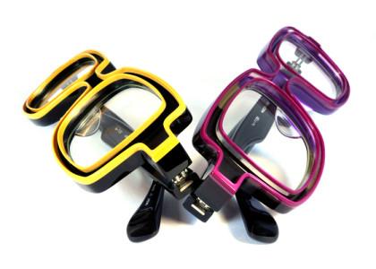 黄色い縁取りと紫の縁取りの2本のメガネ