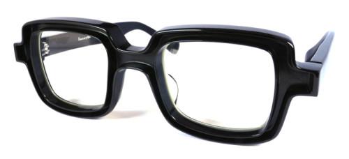 黒ベースに黒い縁取りのメガネ