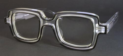 クリアベースに黒い縁取りのメガネ