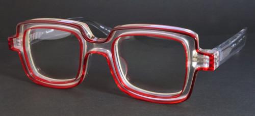 クリアベースに赤い縁取りのメガネ