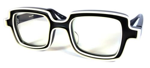 黒ベースに白い縁取りのメガネ