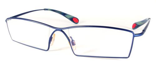 個性的なラインが特徴のネイビーのメガネ