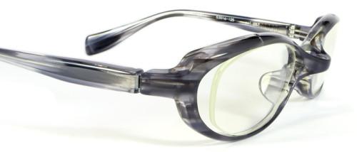 グレー柄のメガネ、斜めからのアップ