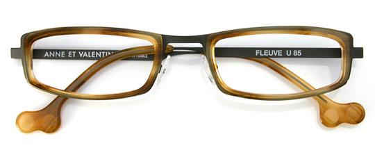 黒とべっ甲柄のメガネ