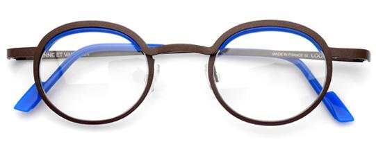 青いブローの茶色いボストンメガネ