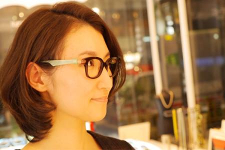 アンバレンタインのメガネを掛けた女性の横顔