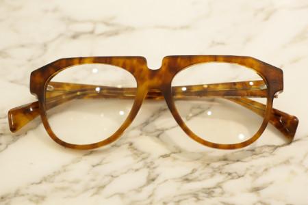 べっ甲柄のティアドロップメガネ