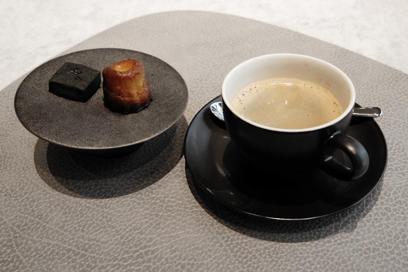 カヌレ、竹炭クッキー、コーヒー
