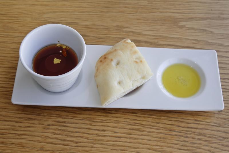 フォカッチャ、ビーツのスープ、オリーブオイルとトリュフ塩