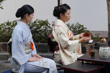 お茶をたてる女性