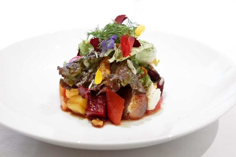 魚介と果物のサラダ仕立て 燻製の香り