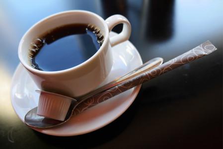 白いカップ&ソーサーに入ったコーヒー
