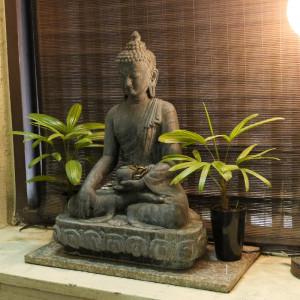 禅を組んだ仏像の写真
