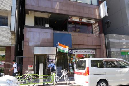 茶色いビル、インドの旗