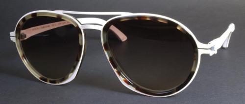 白とべっ甲柄のサングラス