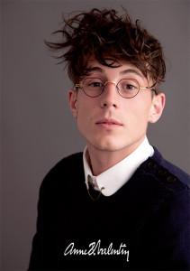 アンバレンタインのクラシックなメガネを掛けた男性