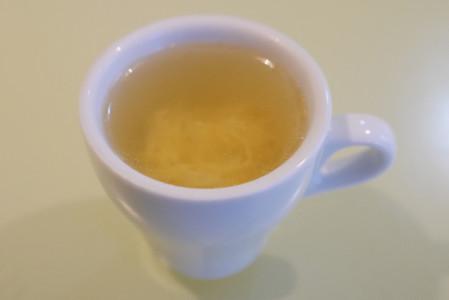 白いカップに入ったスープ