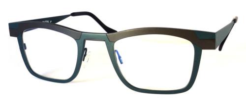 ブラウンとグレイのチタン素材のメガネ
