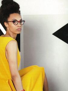 アンバレンタインのメガネを掛けた黄色いドレスの女性