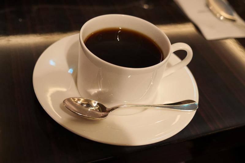 白いカップのコーヒー