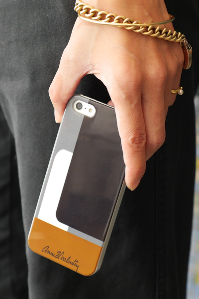 iPhoneを持った女性の手のアップ