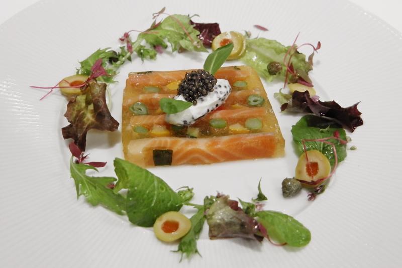自家製スモークサーモンと野菜のテリーヌ