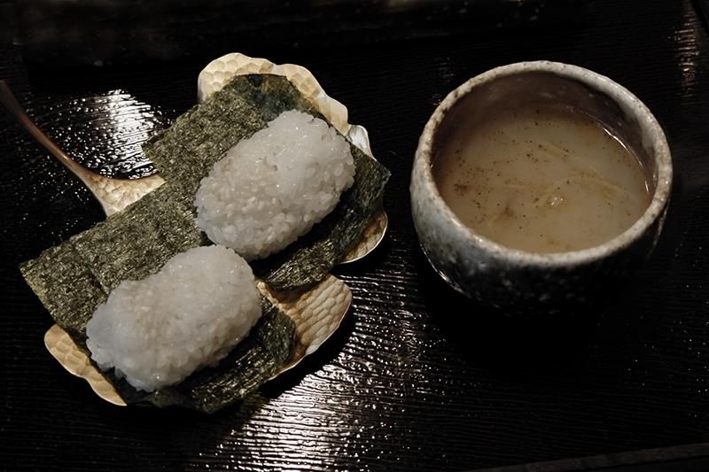 コムタンスープ、もち米の俵型お握り