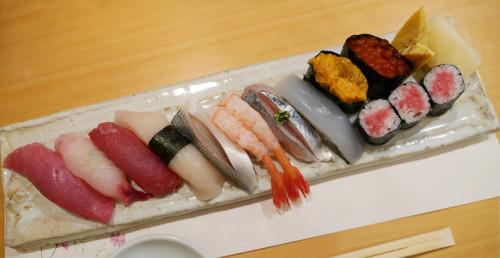 細長い皿の上の見た目にも鮮やかなお寿司