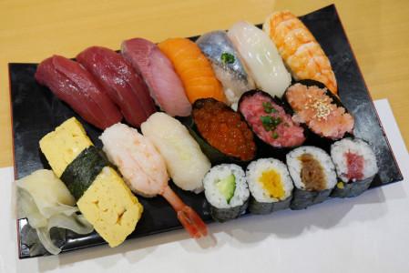 黒い長方形の皿の上のボリューム満点のお寿司