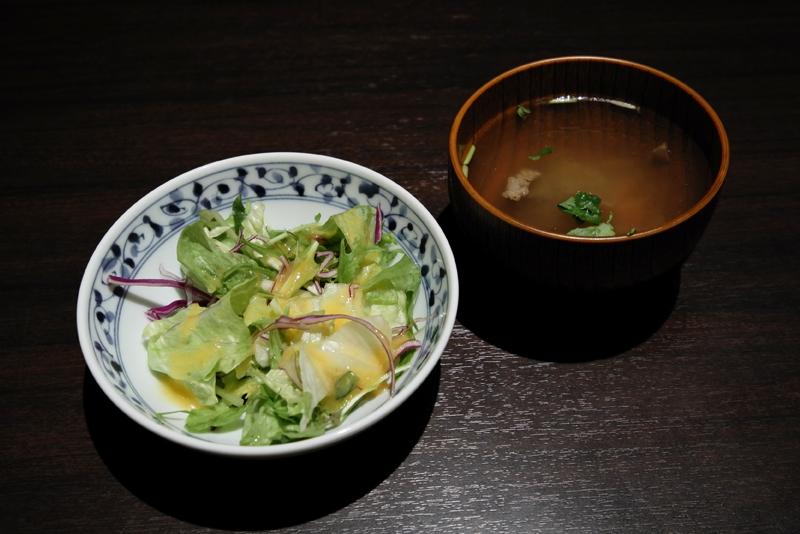 牛出汁スープ、サラダ