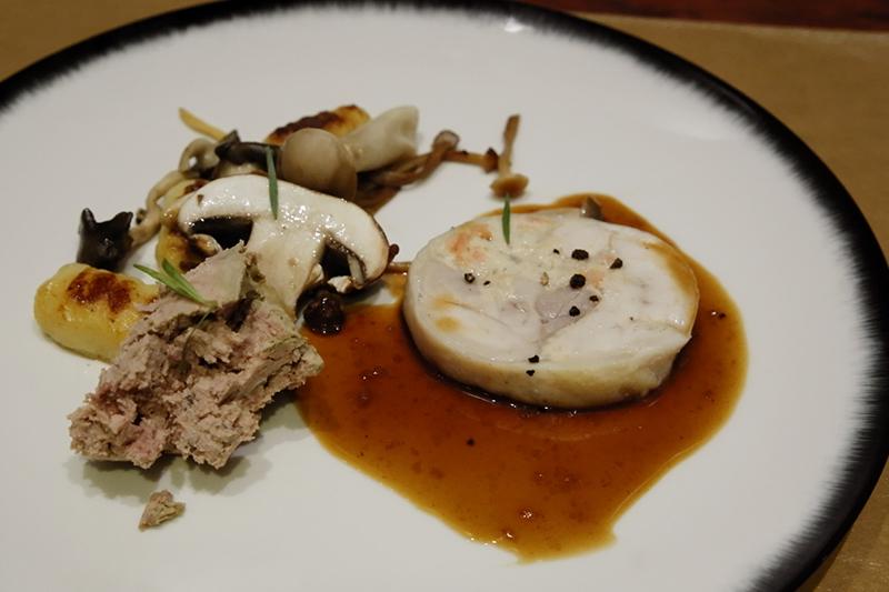地鶏のバロティーヌ、季節のキノコとニョッキのソテー