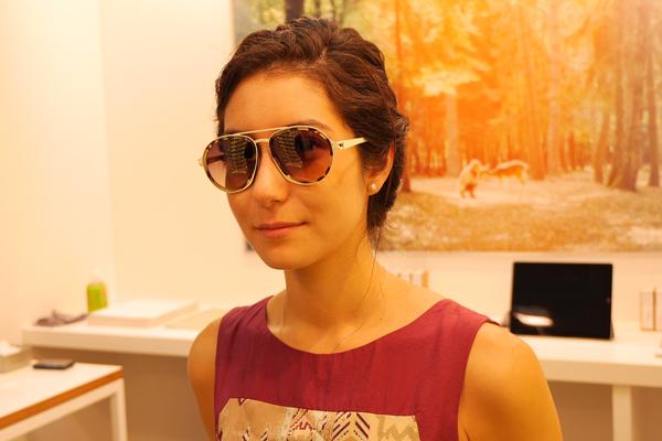 MYKITA / DAMIR DOMAのサングラスを掛けた女性の写真
