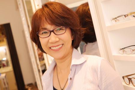 ロバートマークのメガネを掛けた女性の写真