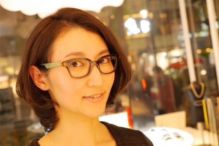 アンバレンタインのメガネを掛けた女性の写真