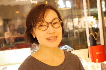 アンバレンタインの丸メガネをかけた女性の写真
