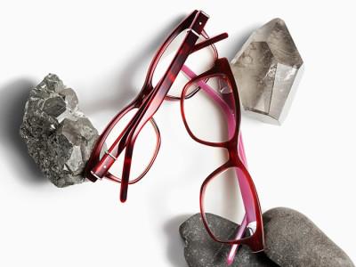 赤と茶色の2本のメガネと石