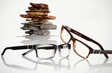 グレイと茶色の2本のメガネと岩