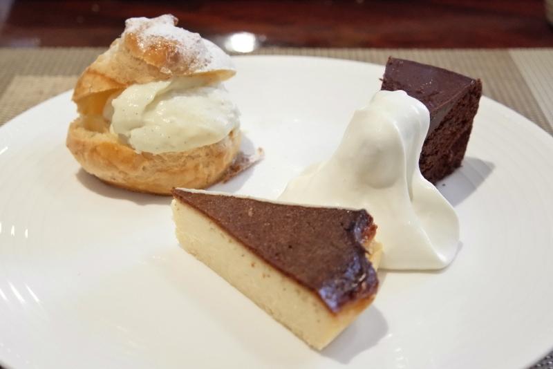 シュークリーム、バスクチーズケーキ、チョコレートケーキ