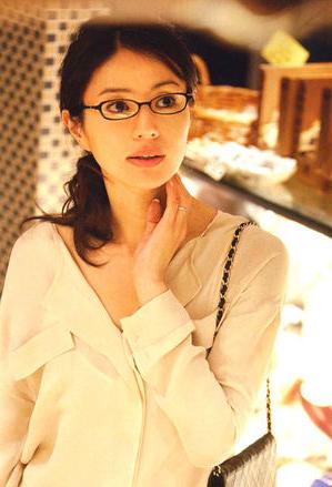 井川遥さんがロバートマーク167を着用している写真
