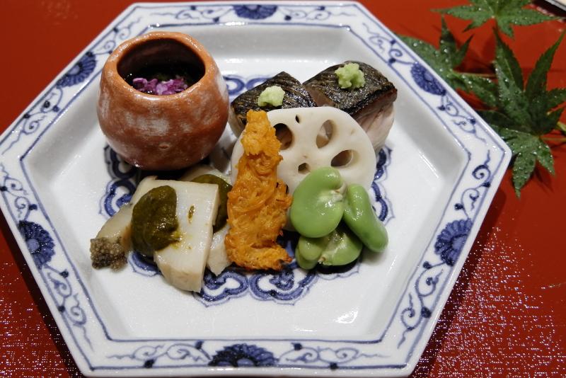 蒸しアワビ、生バチコの炙り、鯖棒寿司、能登もずく酢