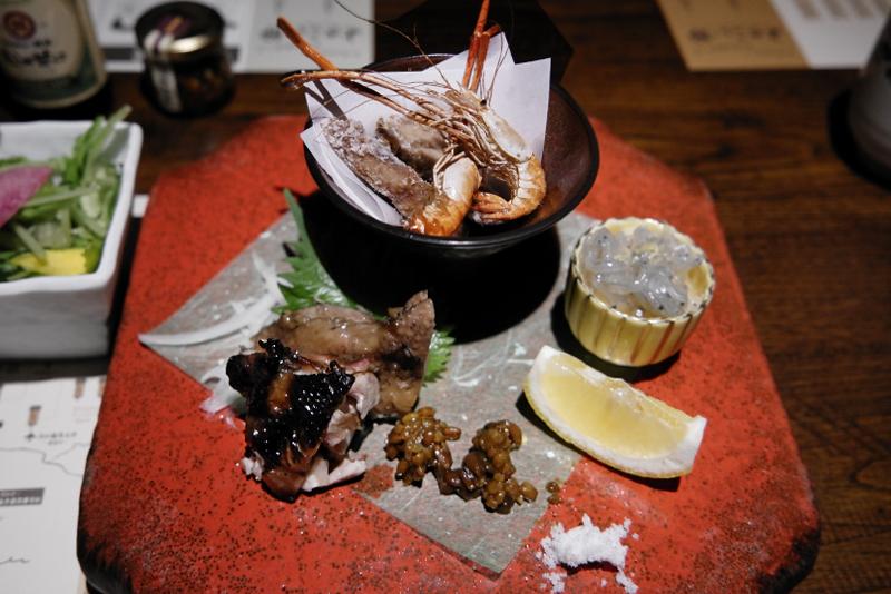 カツオのお腹の唐揚げ、鶏肉の藁焼き、川海老の唐揚げ、どろめ(イワシ稚魚)ポン酢