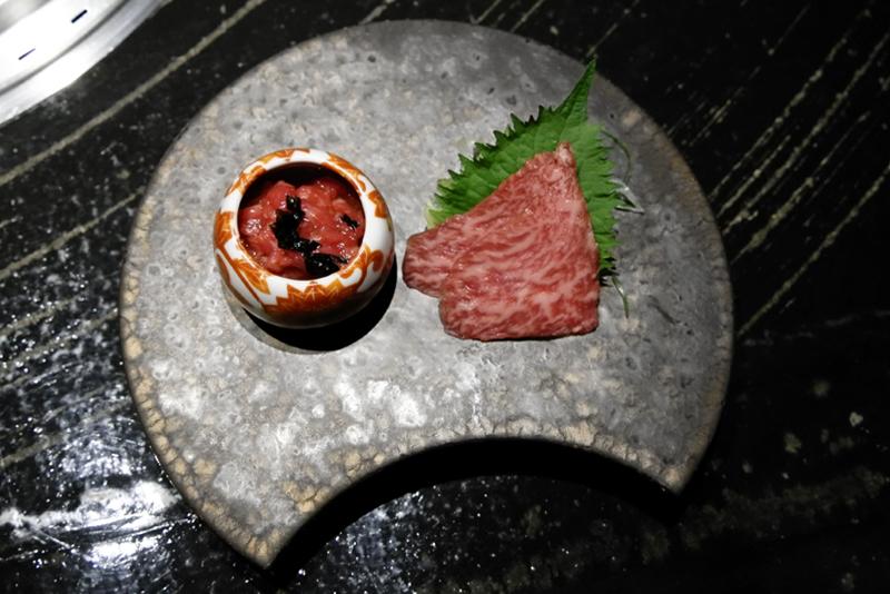 田村牛(神戸牛)のユッケ、トモサンカク刺身